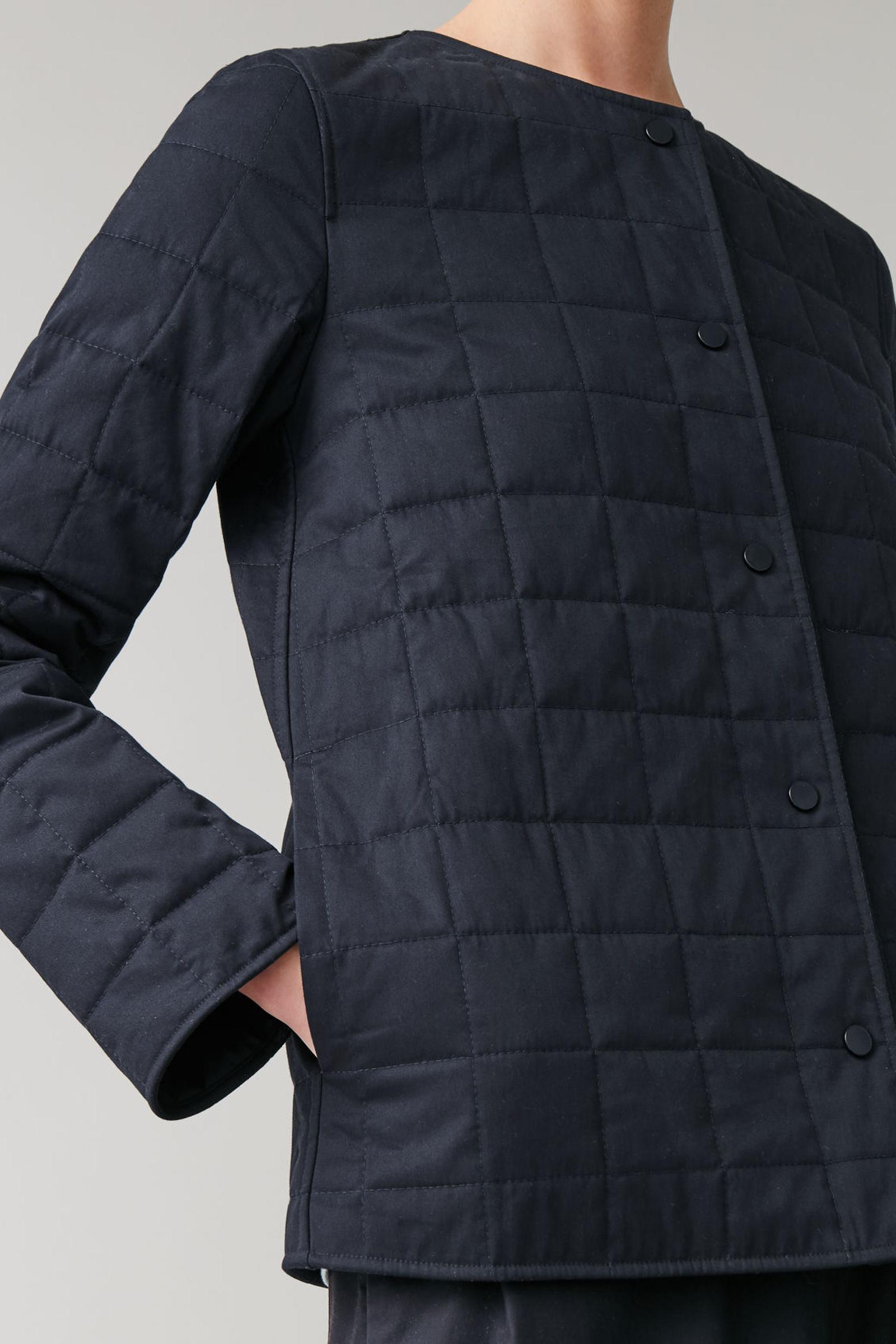 COS 퀼티드 코튼 재킷의 네이비컬러 ECOMLook입니다.
