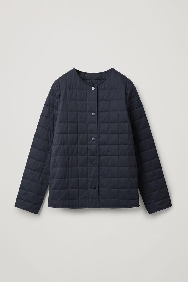COS 퀼티드 코튼 재킷의 네이비컬러 Product입니다.