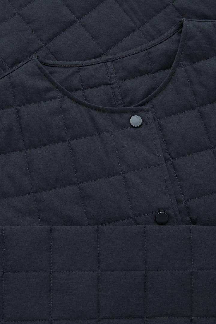 COS 퀼티드 코튼 재킷의 네이비컬러 Detail입니다.