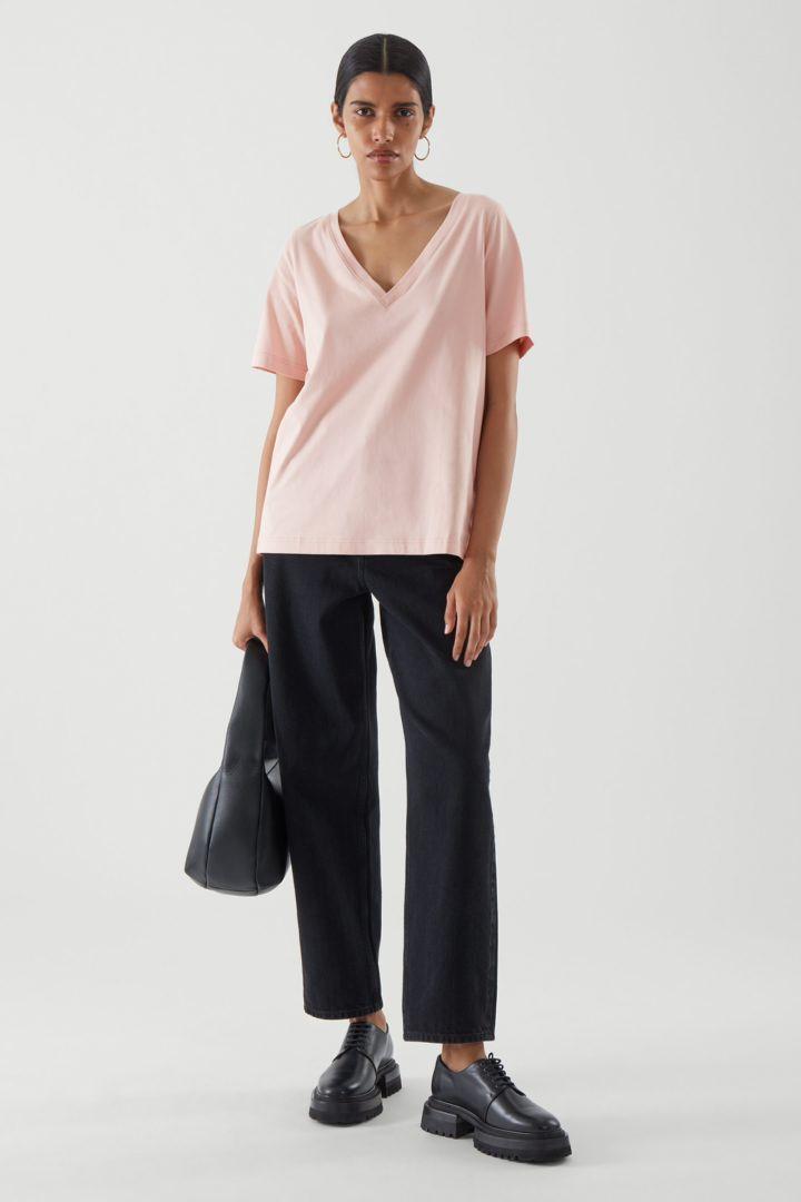 COS 브이넥 티셔츠의 핑크컬러 ECOMLook입니다.