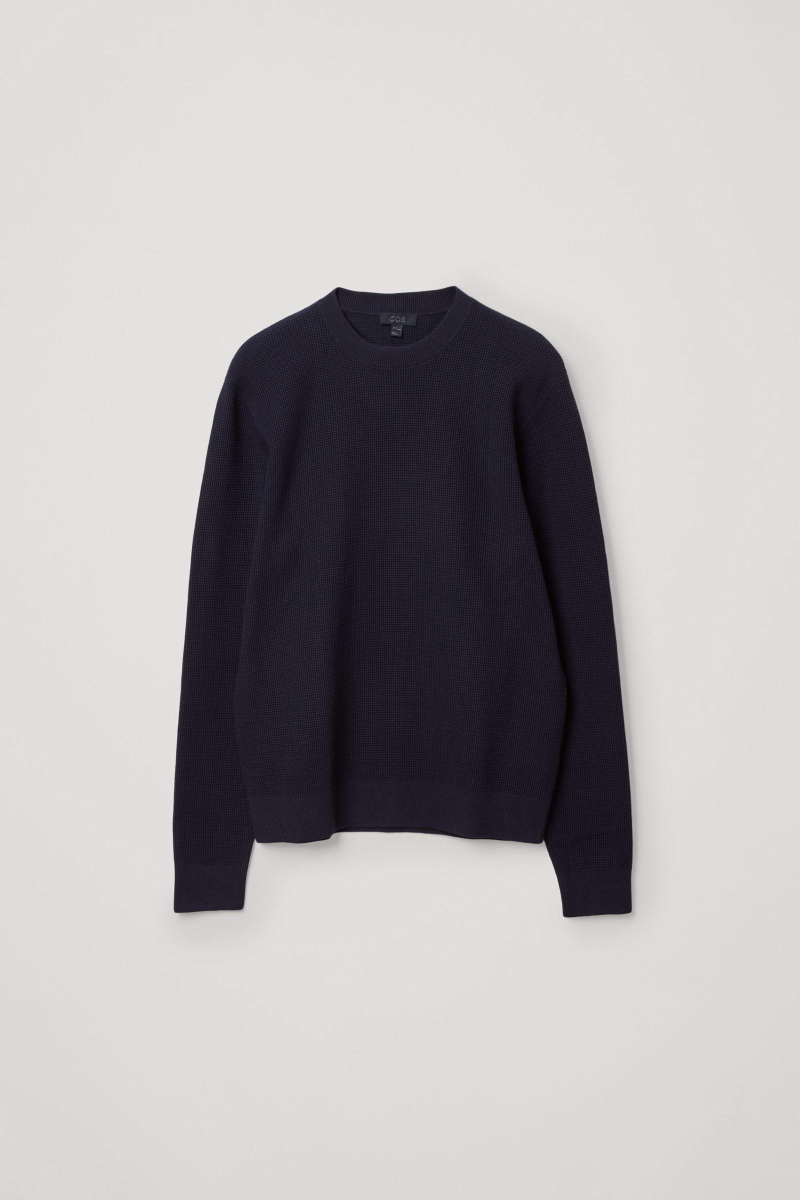 COS 텍스처드 니트 스웨터의 네이비컬러 Product입니다.