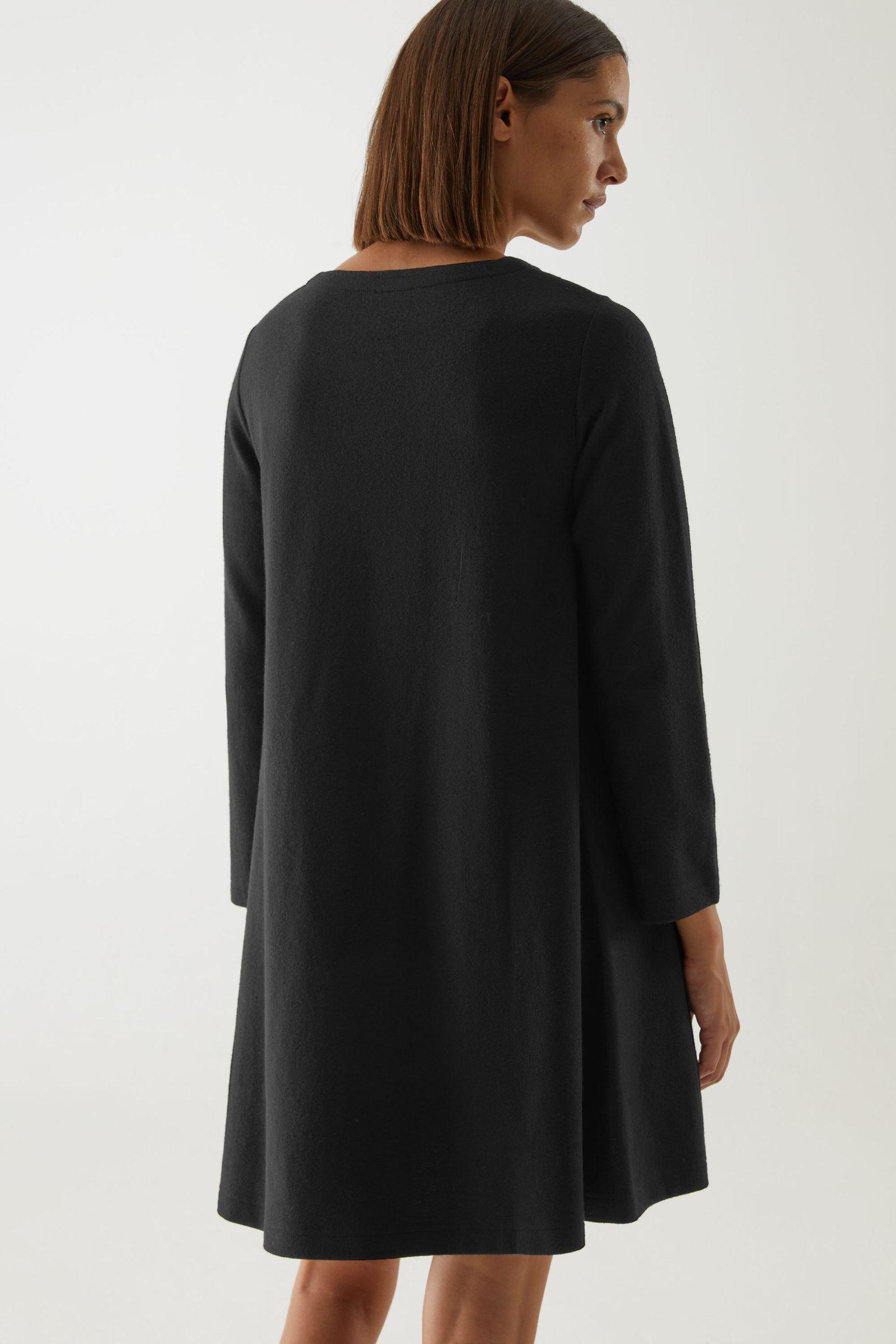 COS 메리노 울 오가닉 코튼 믹스 A라인 드레스의 블랙컬러 ECOMLook입니다.