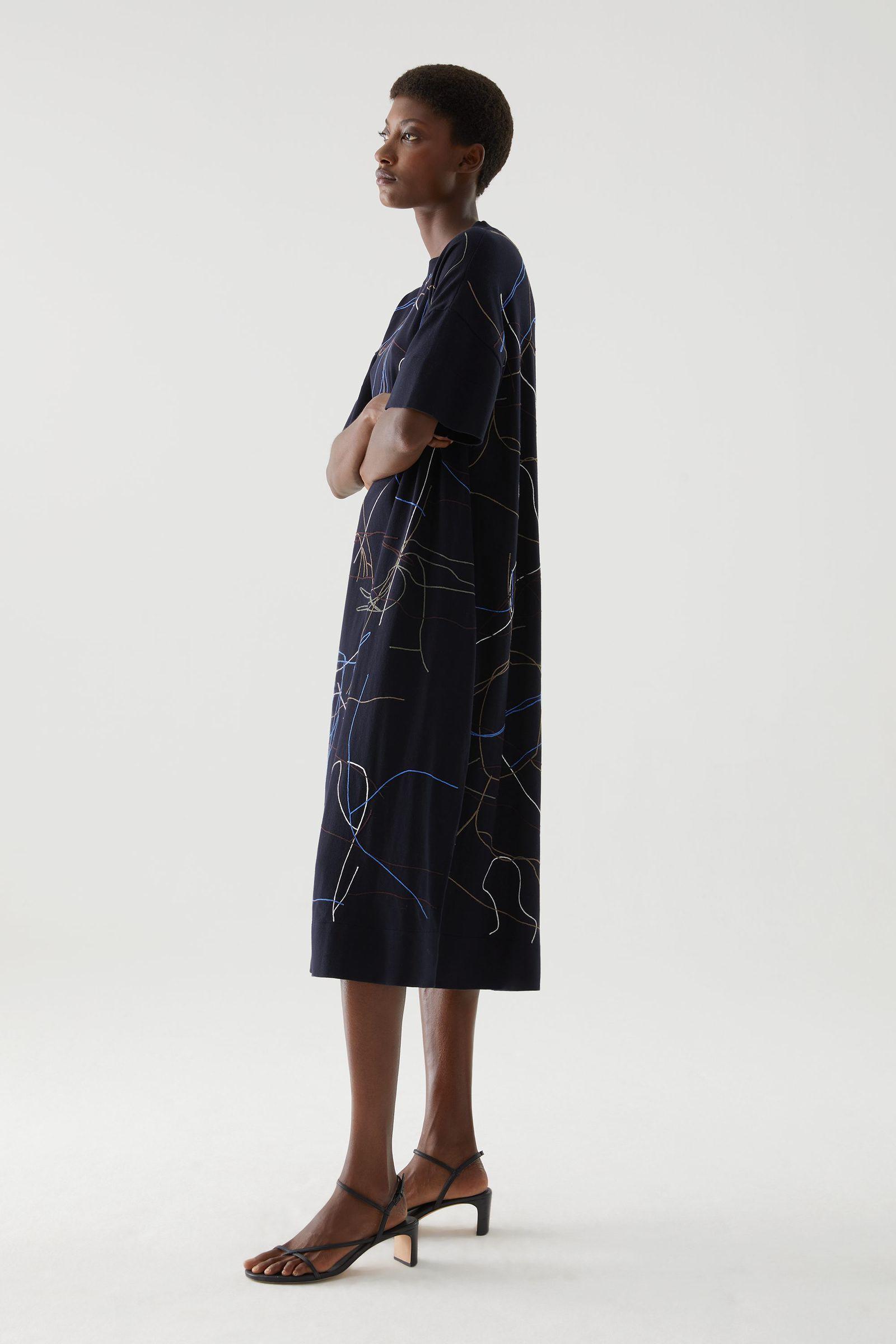 COS 오가닉 코튼 앱스트랙트 스티치 디테일 드레스의 네이비 / 멀티컬러컬러 ECOMLook입니다.