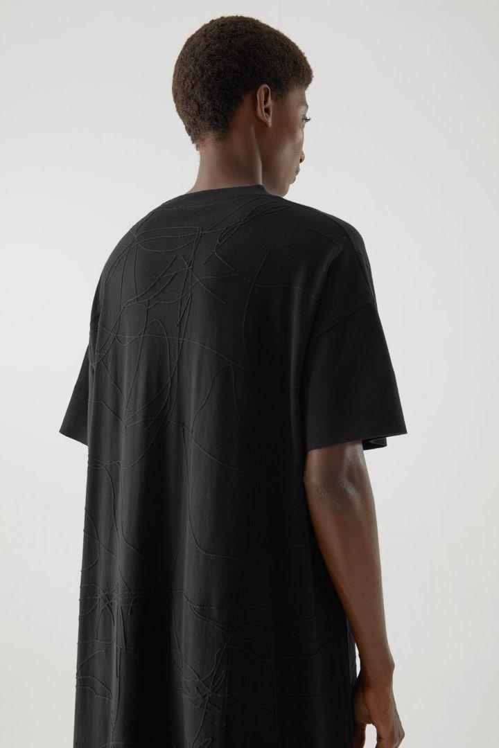 COS 오가닉 코튼 앱스트랙트 스티치 디테일 드레스의 블랙컬러 ECOMLook입니다.