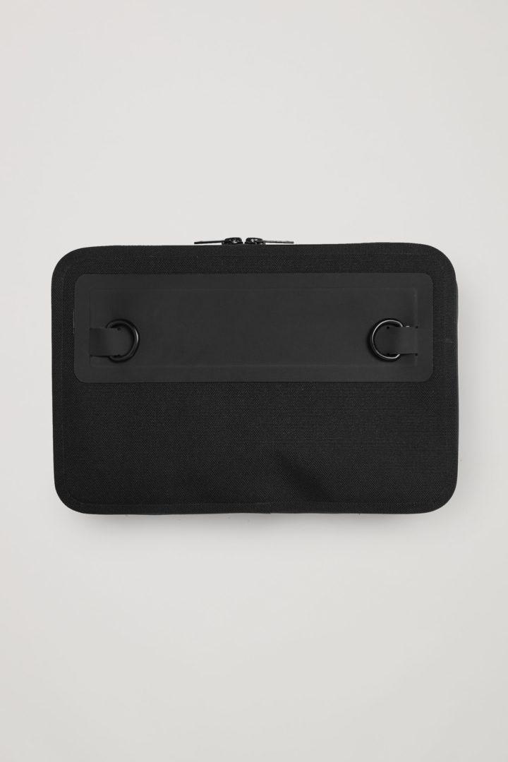 COS 리사이클드 폴리에스터 스트럭처드 크로스바디 백의 블랙컬러 Product입니다.