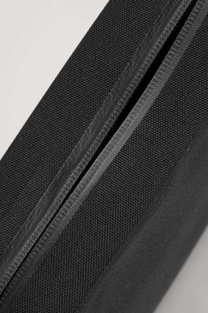 COS 리사이클 폴리에스터 스트럭처드 크로스바디 백의 블랙컬러 Detail입니다.