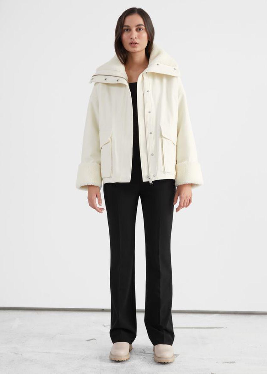 앤아더스토리즈 오버사이즈 박시 셜링 재킷의 화이트컬러 ECOMLook입니다.