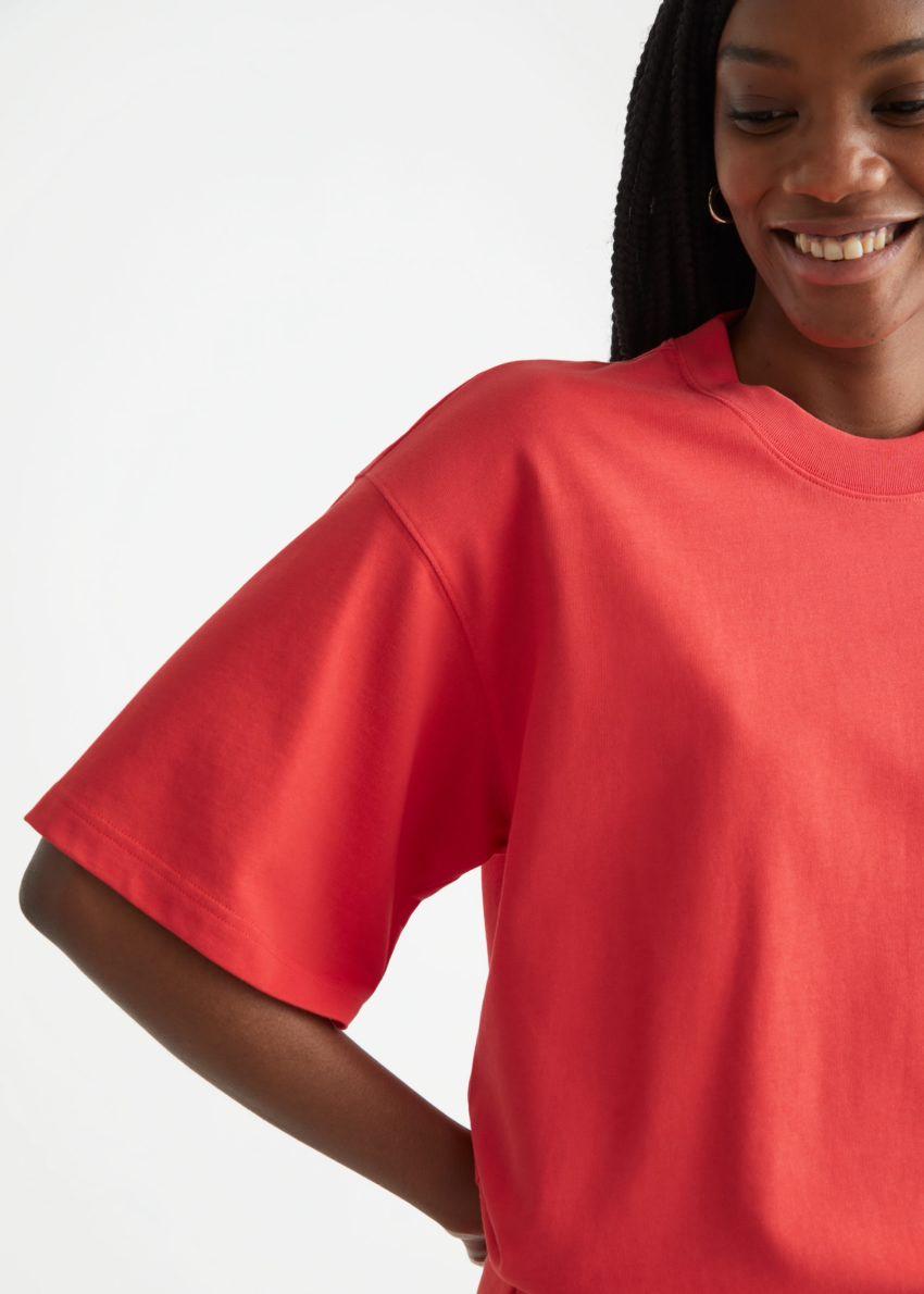 앤아더스토리즈 박시 크루넥 티셔츠의 레드컬러 ECOMLook입니다.