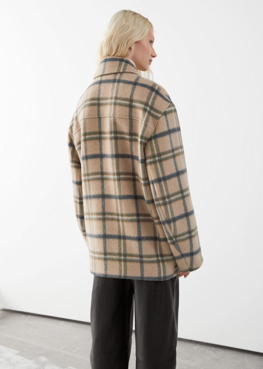 앤아더스토리즈 오버사이즈 울 블렌드 재킷의 베이지 체크컬러 ECOMLook입니다.