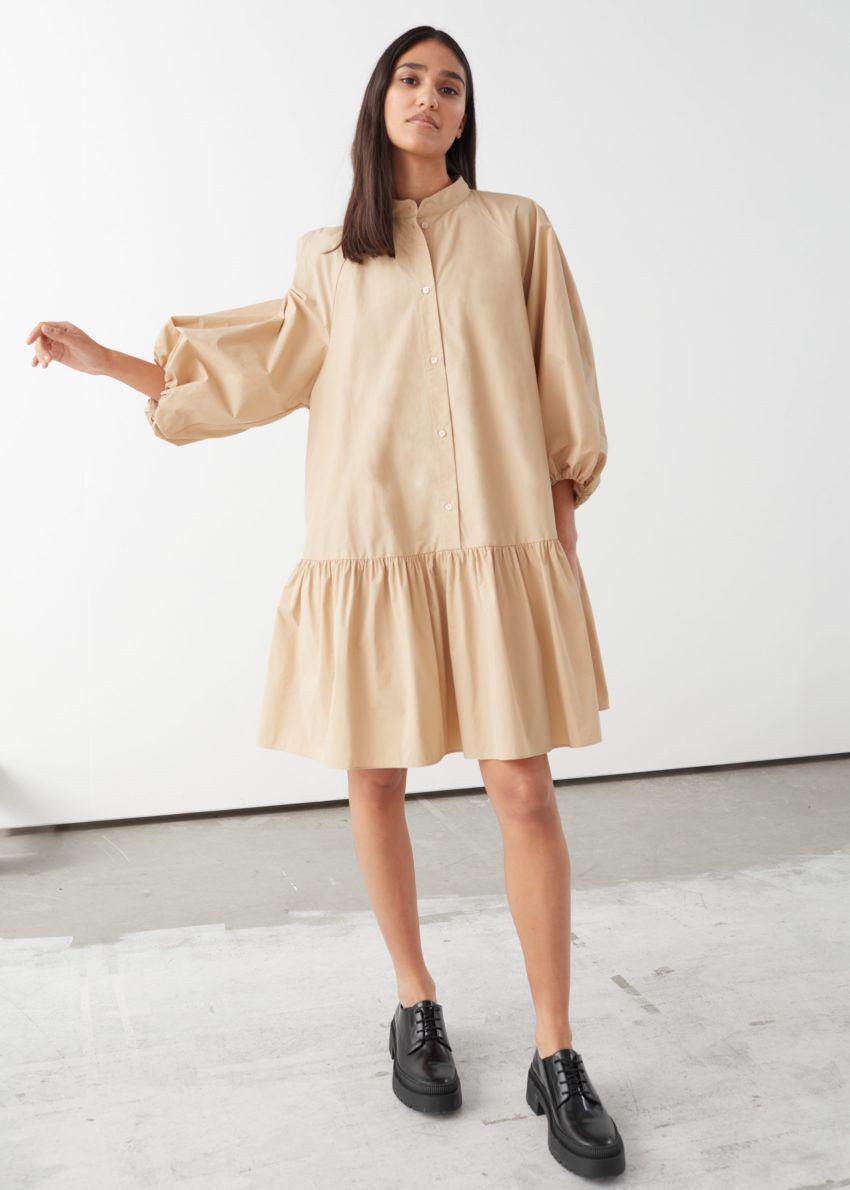 앤아더스토리즈 볼류미너스 퍼프 슬리브 미니 드레스의 베이지컬러 ECOMLook입니다.