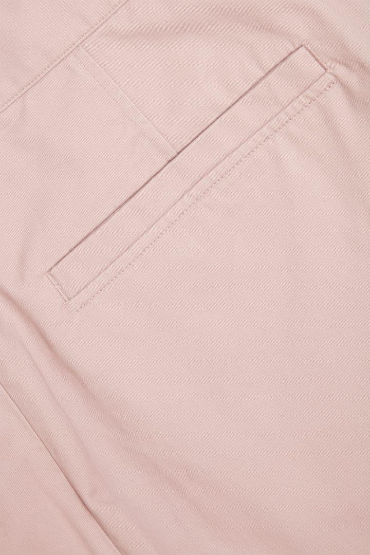COS 오가닉 코튼 테이퍼드 치노 트라우저의 라이트 핑크컬러 Detail입니다.