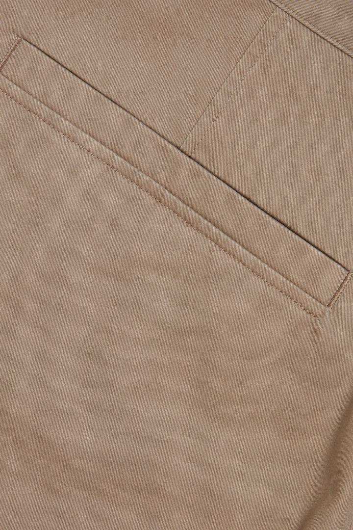 COS 오가닉 코튼 테이퍼드 치노 트라우저의 베이지컬러 Detail입니다.