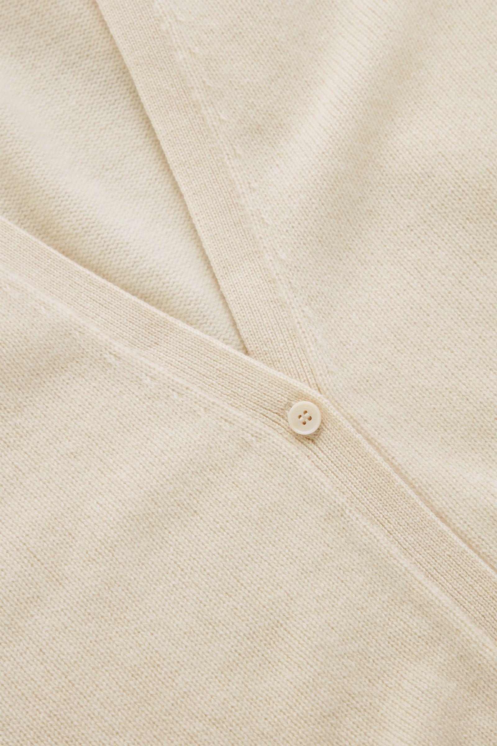 COS 니티드 캐시미어 가디건의 화이트컬러 Detail입니다.