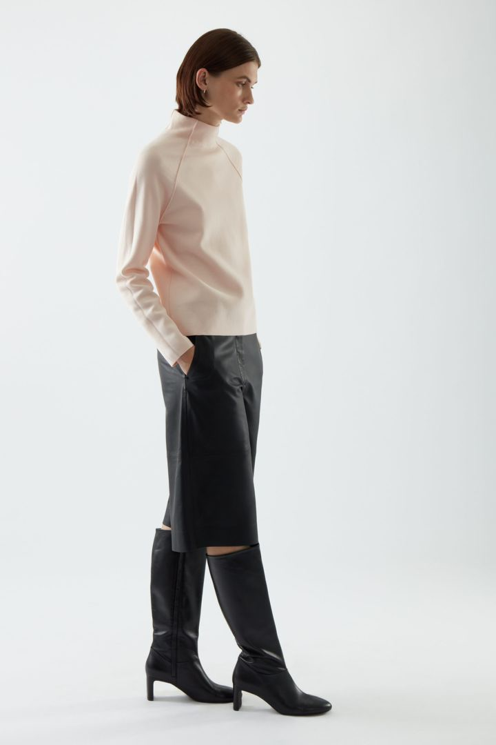 COS 폴로 넥 오가닉 코튼 스웨터의 더스티 핑크컬러 ECOMLook입니다.