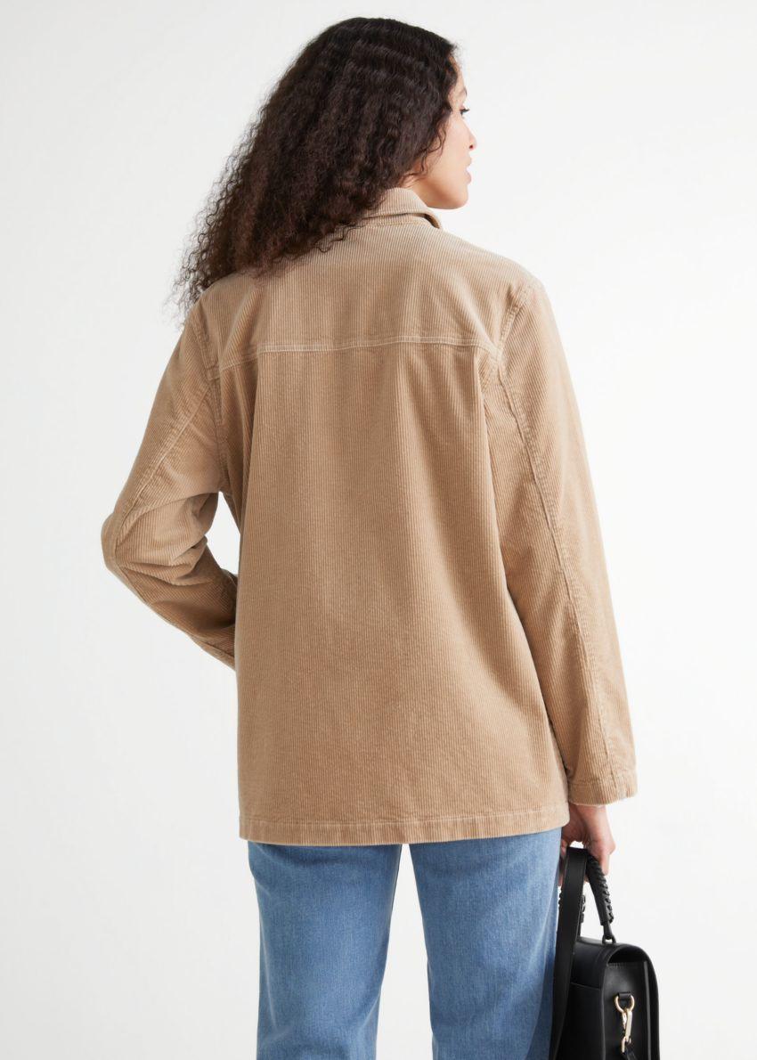 앤아더스토리즈 릴렉스드 패치 포켓 코듀로이 재킷의 베이지컬러 ECOMLook입니다.
