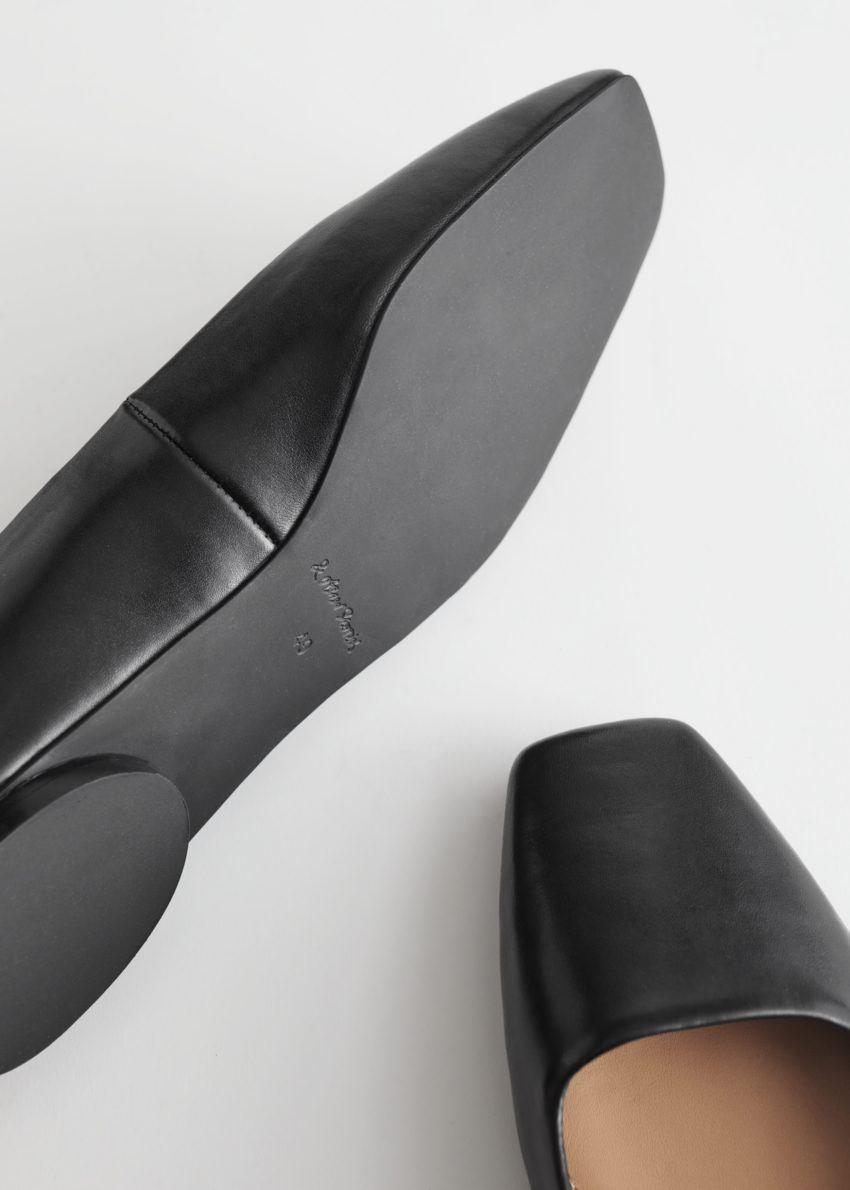 앤아더스토리즈 스퀘어 레더 발레리나 플랫의 블랙컬러 Detail입니다.