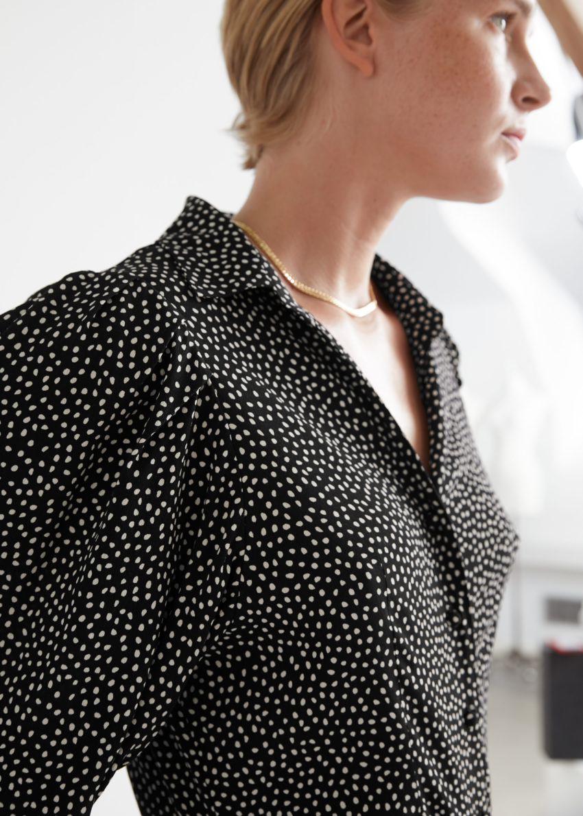 앤아더스토리즈 볼류미너스 슬리브 버튼 업 셔츠의 화이트 도트컬러 ECOMLook입니다.
