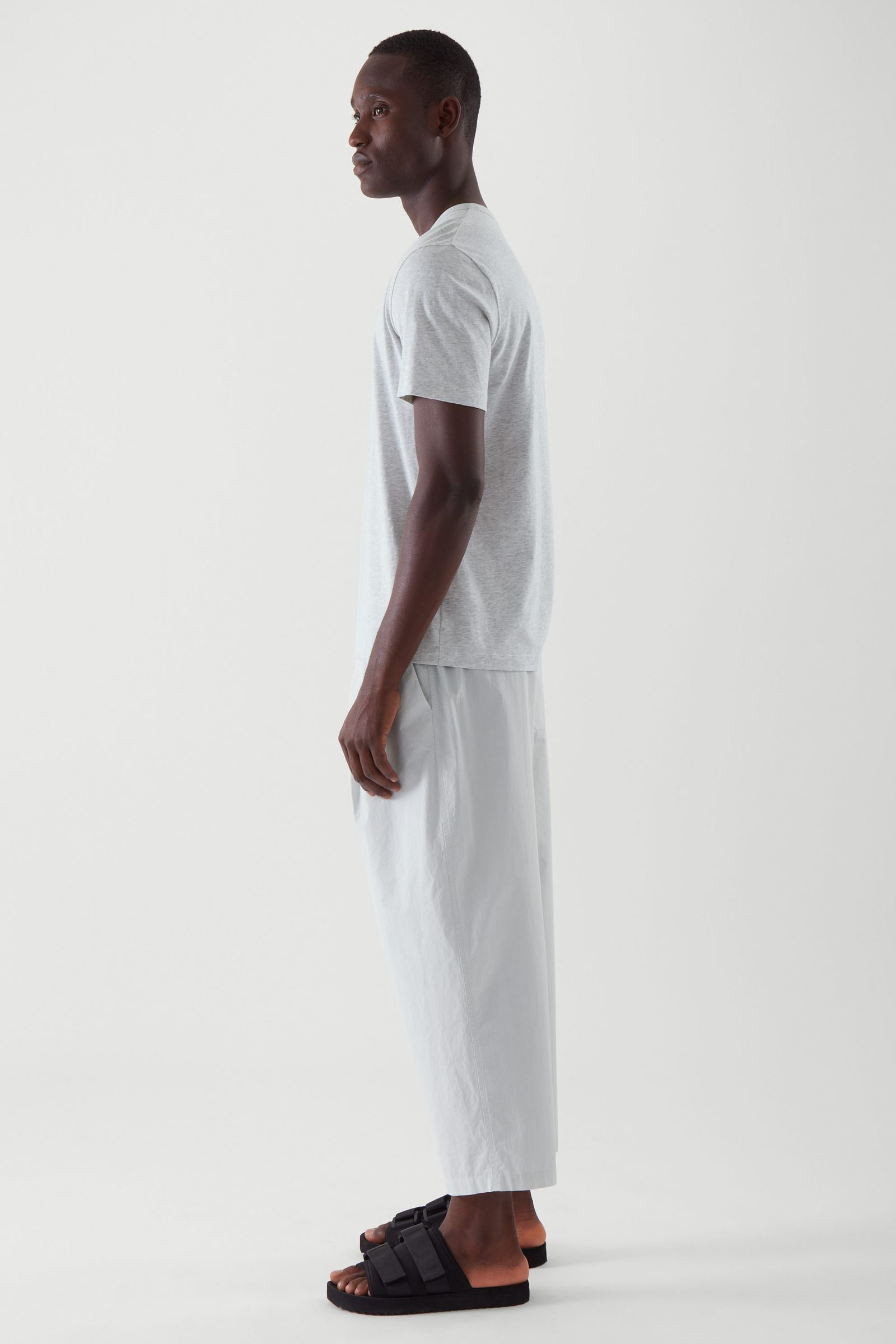 COS 레귤러 핏 브러쉬드 코튼 티셔츠의 그레이컬러 ECOMLook입니다.