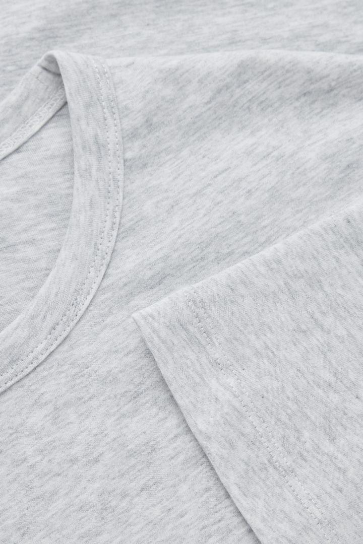 COS 레귤러 핏 브러쉬드 코튼 티셔츠의 그레이컬러 Detail입니다.