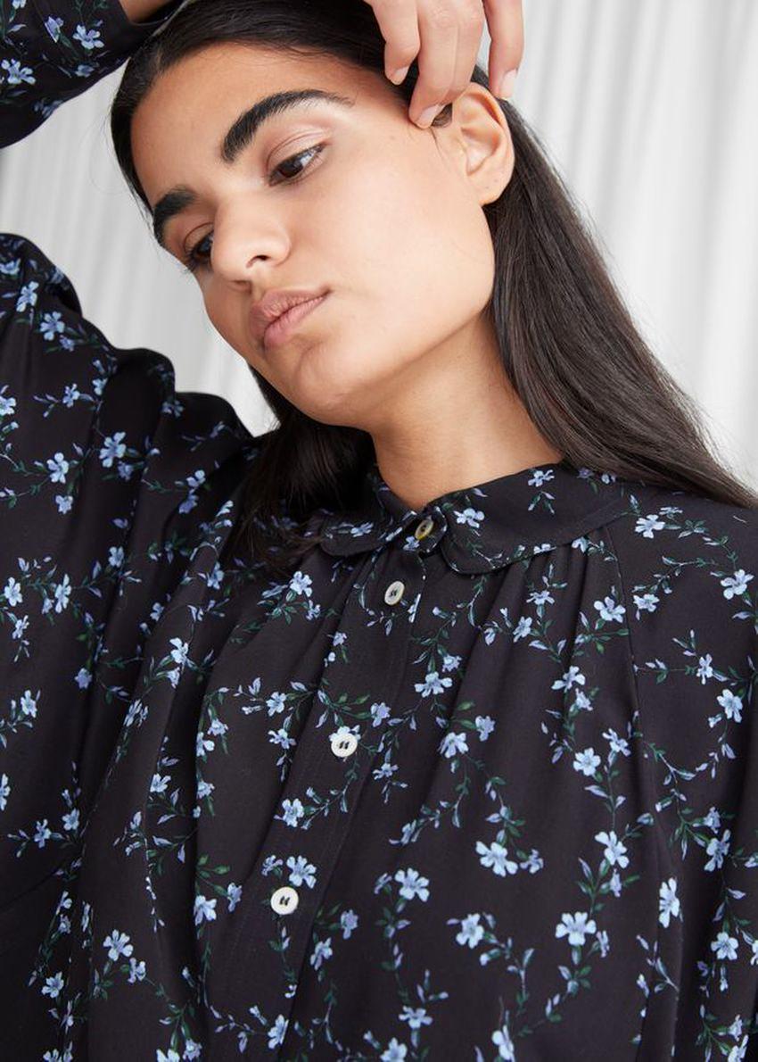 앤아더스토리즈 오버사이즈 플로럴 프린트 셔츠의 블랙 플로럴컬러 ECOMLook입니다.