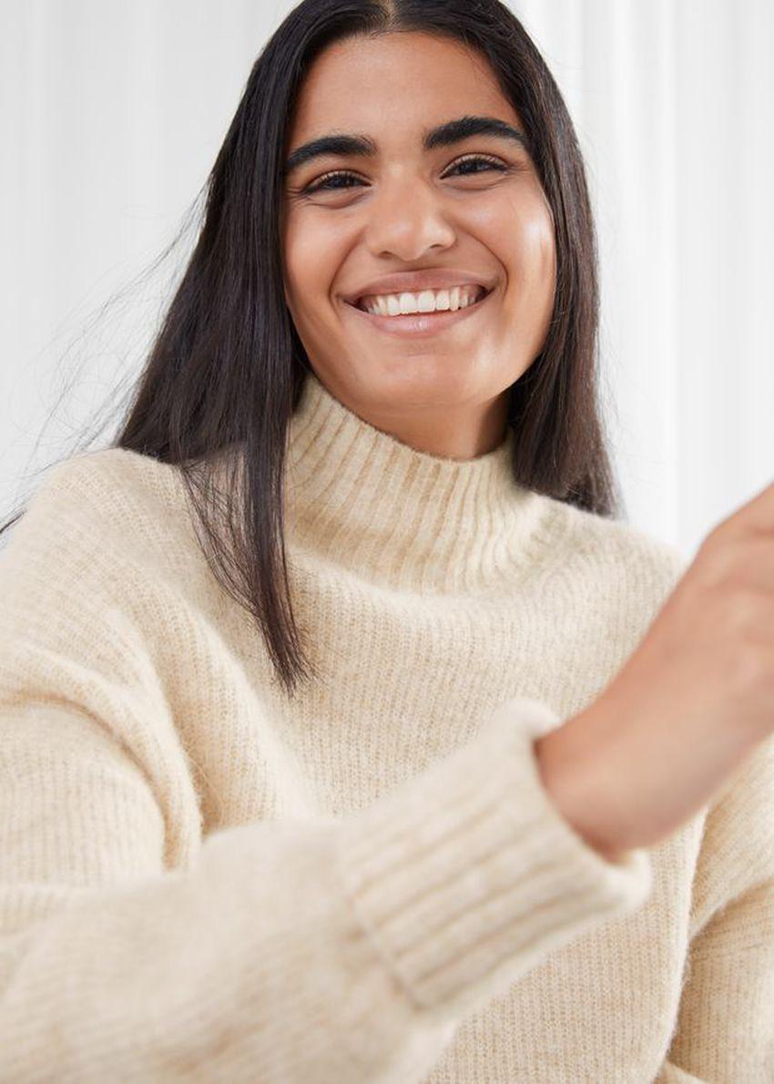 앤아더스토리즈 알파카 블렌드 터틀넥 니트 스웨터의 베이지컬러 ECOMLook입니다.