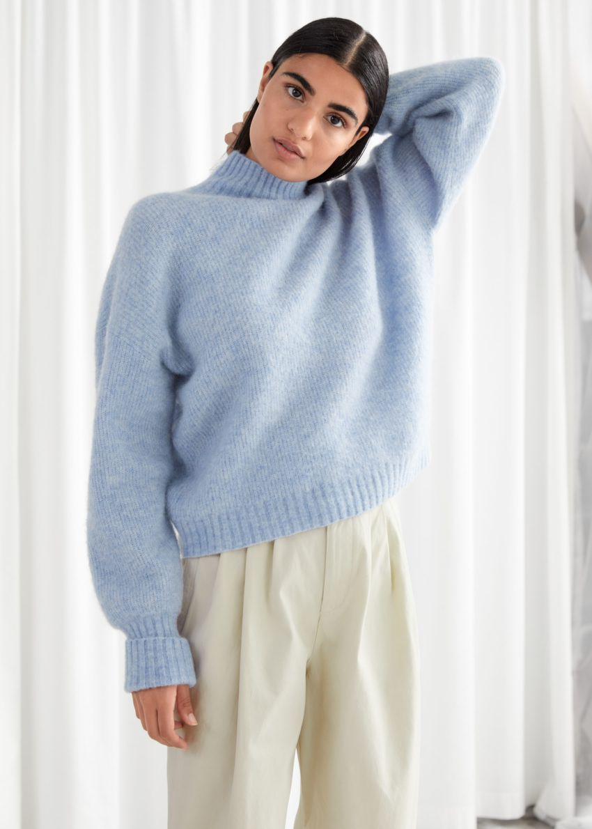 앤아더스토리즈 알파카 블렌드 터틀넥 니트 스웨터의 라이트 블루컬러 ECOMLook입니다.