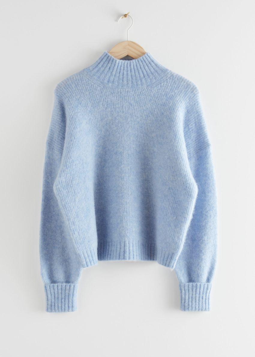 앤아더스토리즈 알파카 블렌드 터틀넥 니트 스웨터의 라이트 블루컬러 Product입니다.