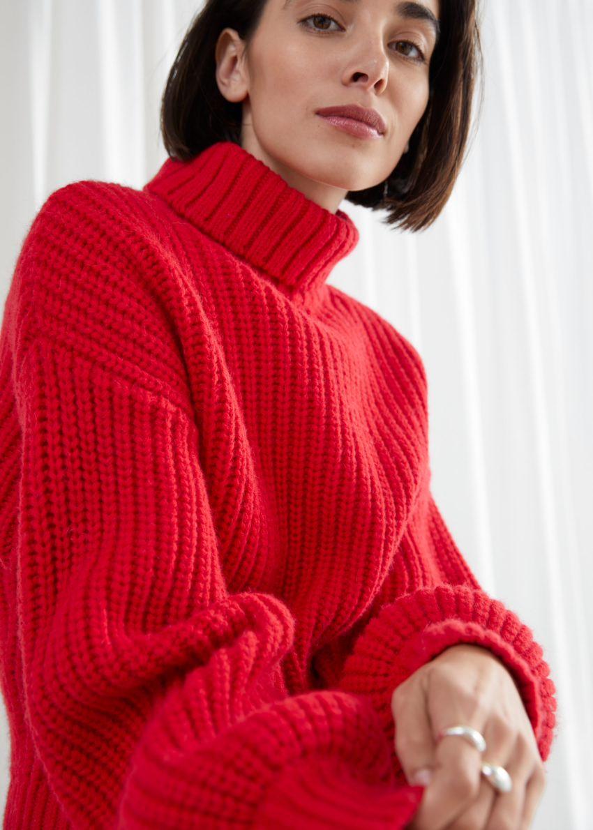 앤아더스토리즈 벌룬 슬리브 니트 스웨터의 레드컬러 ECOMLook입니다.