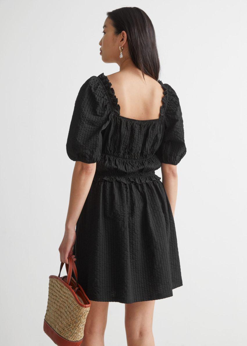 앤아더스토리즈 볼류미너스 퍼프 슬리브 미니 드레스의 블랙컬러 ECOMLook입니다.