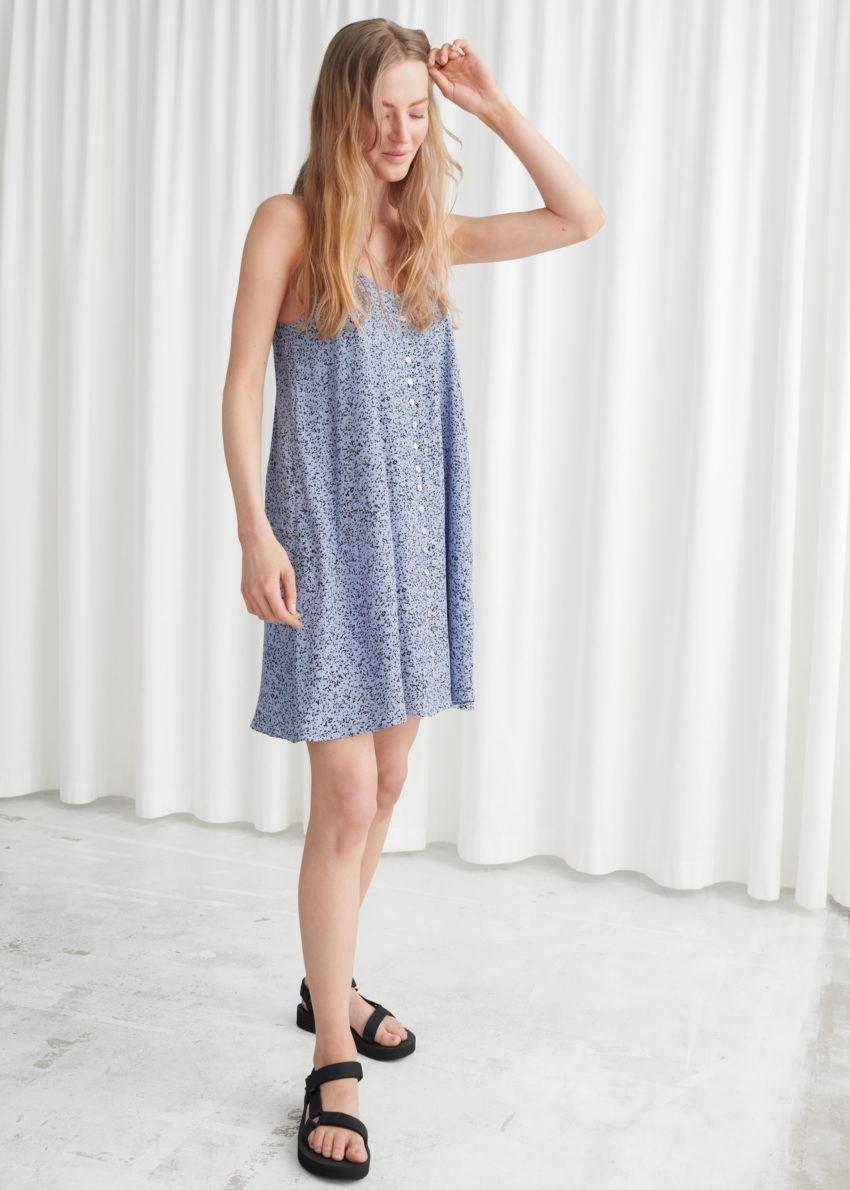 앤아더스토리즈 플로위 버튼 미니 드레스의 블루컬러 ECOMLook입니다.
