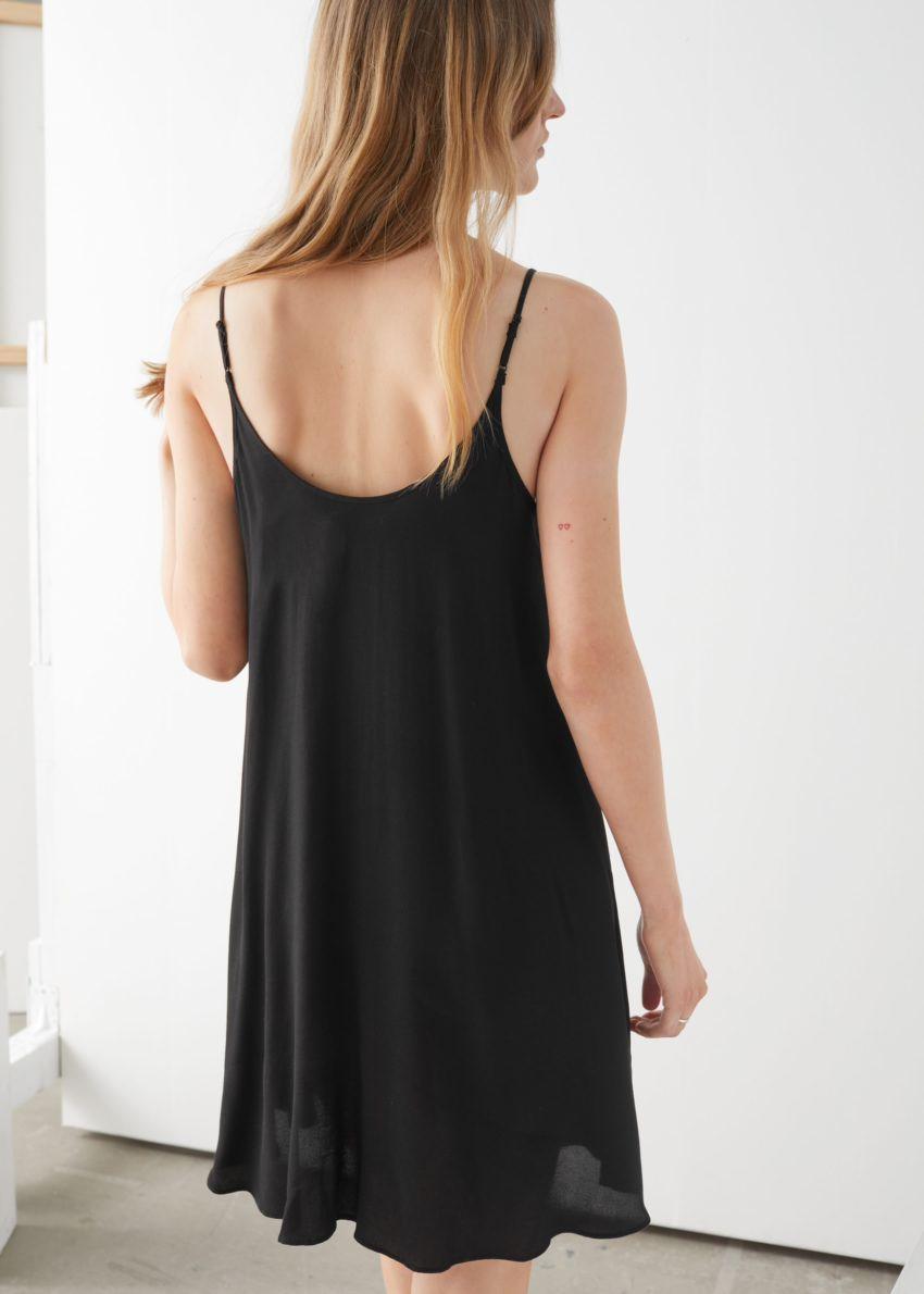 앤아더스토리즈 플로위 버튼 미니 드레스의 블랙컬러 ECOMLook입니다.