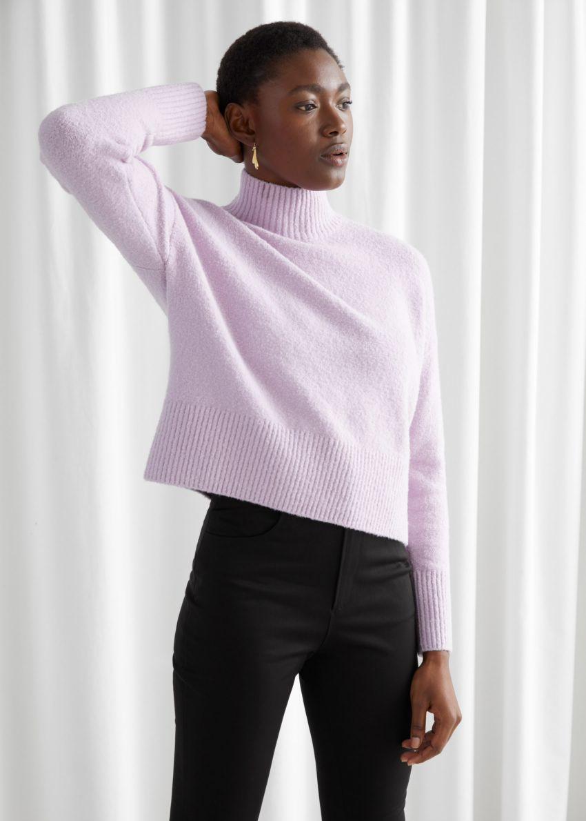 앤아더스토리즈 크롭 모크 넥 스웨터의 라일락컬러 ECOMLook입니다.