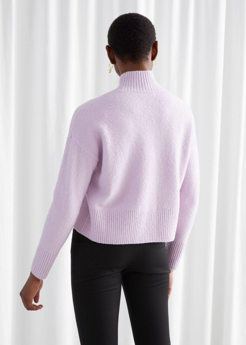 앤아더스토리즈 크롭 스웨터의 라일락컬러 ECOMLook입니다.