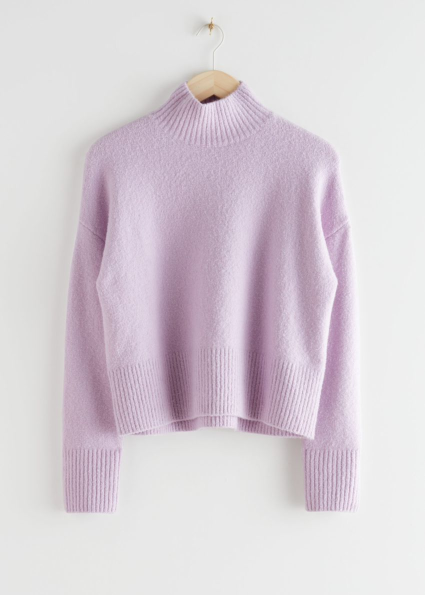 앤아더스토리즈 크롭 모크 넥 스웨터의 라일락컬러 Product입니다.