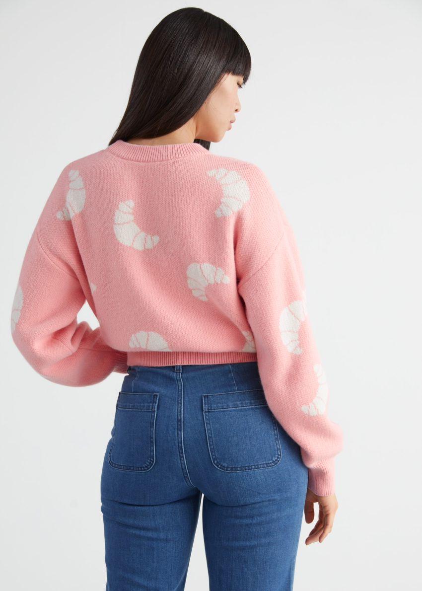 앤아더스토리즈 니트 크로와상 모티브 스웨터의 라이트 핑크컬러 ECOMLook입니다.