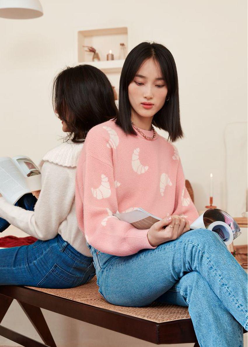 앤아더스토리즈 니트 크로와상 모티브 스웨터의 라이트 핑크컬러 Environmental입니다.