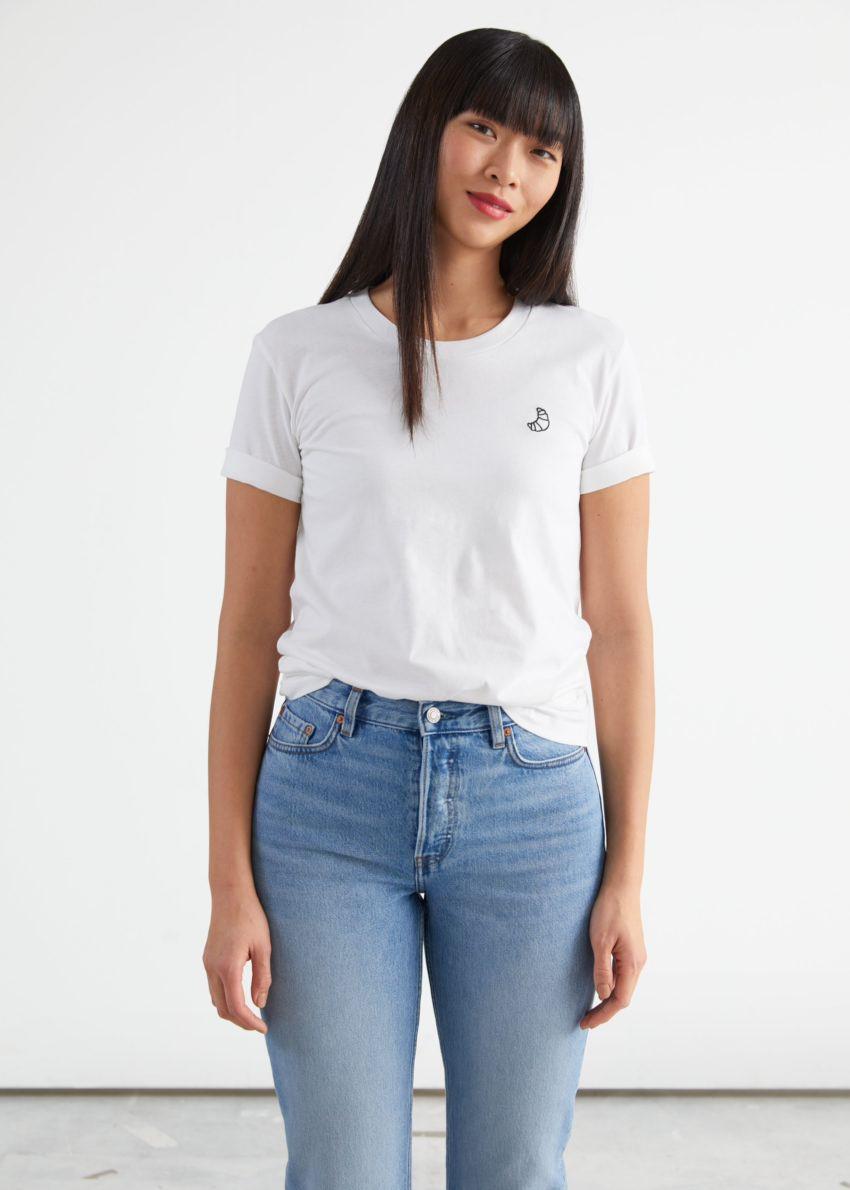 앤아더스토리즈 크로와상 엠브로이더리 티셔츠의 화이트컬러 ECOMLook입니다.