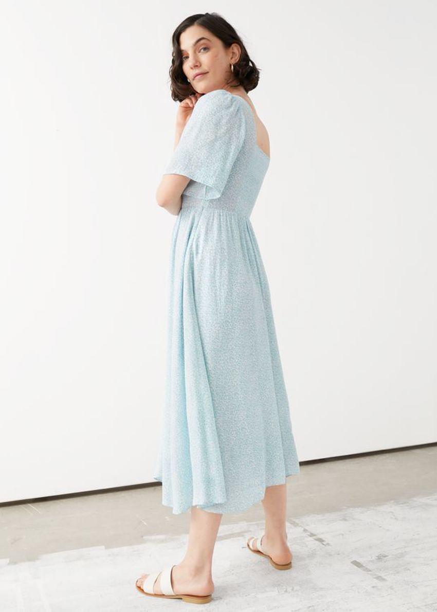 앤아더스토리즈 스모크 크레이프 맥시 드레스의 블루 프린트컬러 ECOMLook입니다.