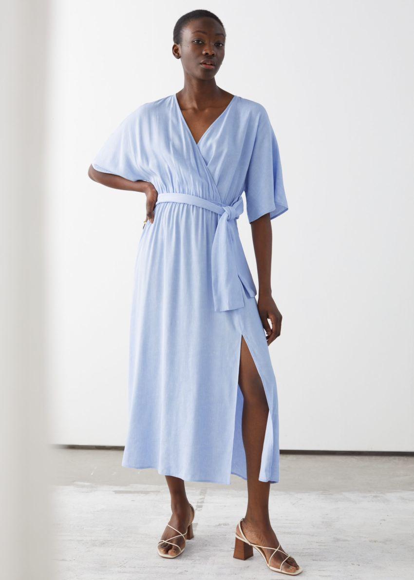 앤아더스토리즈 벨티드 랩 미디 드레스의 라이트 블루컬러 ECOMLook입니다.