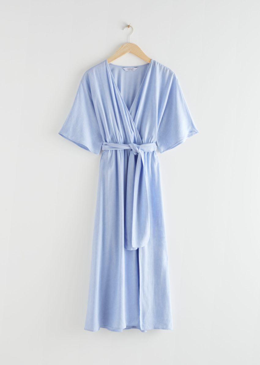 앤아더스토리즈 벨티드 랩 미디 드레스의 라이트 블루컬러 Product입니다.