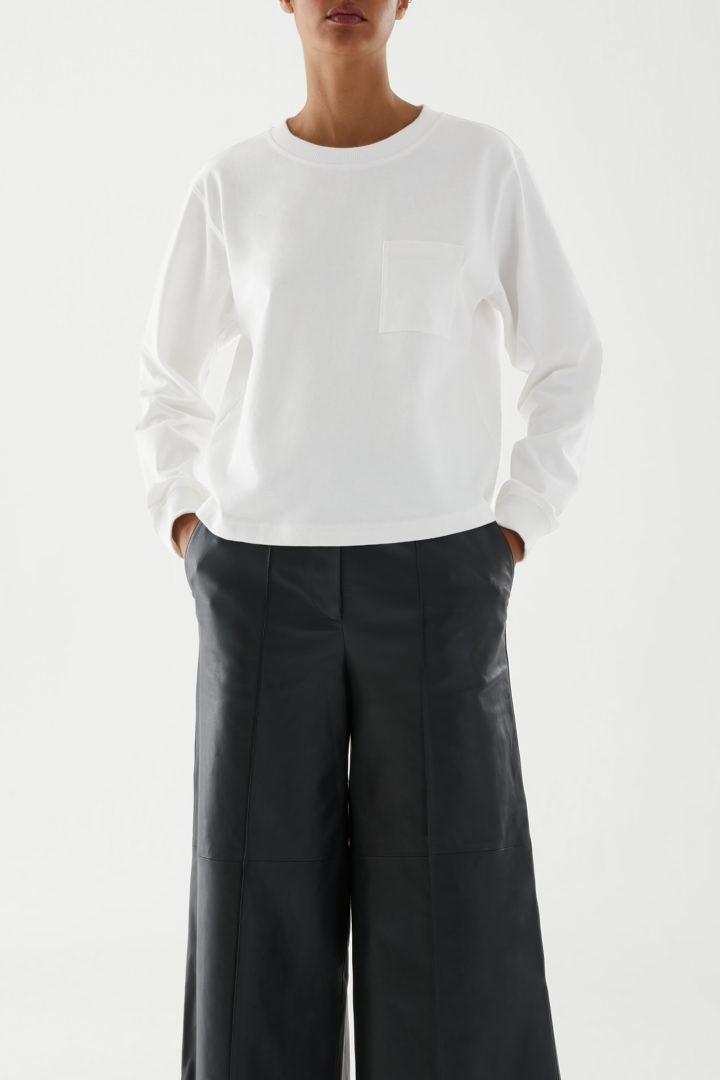 COS default image 3 of 화이트 in 오가닉 코튼 롱 슬리브 패치 포켓 티셔츠