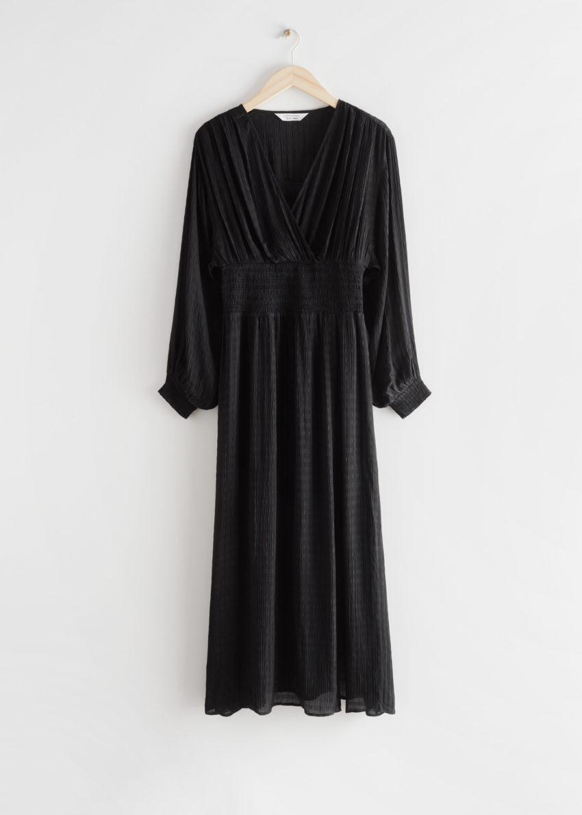 앤아더스토리즈 오버사이즈 벨 슬리브 스모크 드레스의 블랙컬러 Product입니다.
