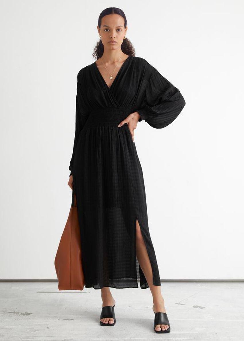 앤아더스토리즈 오버사이즈 벨 슬리브 스모크 드레스의 블랙컬러 ECOMLook입니다.