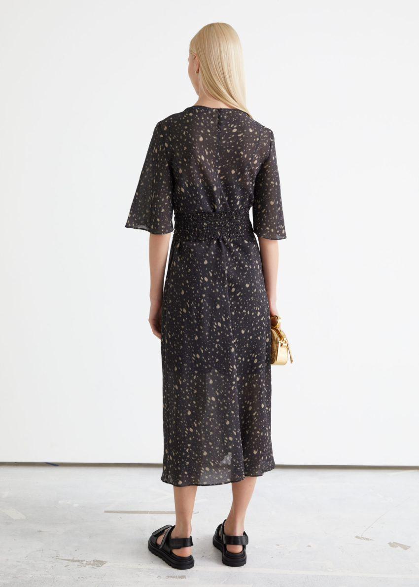 앤아더스토리즈 프린트 벨티드 미디 드레스의 브라운 프린트컬러 ECOMLook입니다.