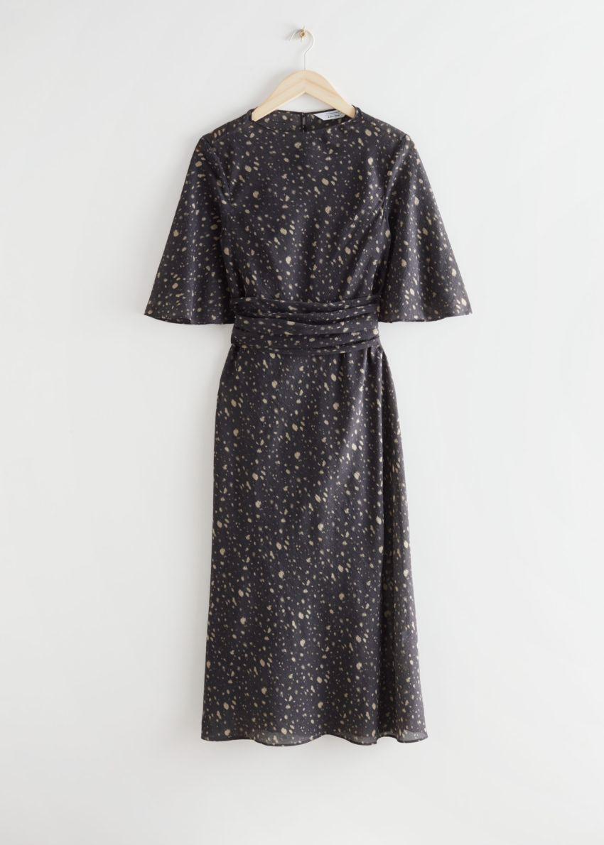 앤아더스토리즈 프린트 벨티드 미디 드레스의 브라운 프린트컬러 Product입니다.
