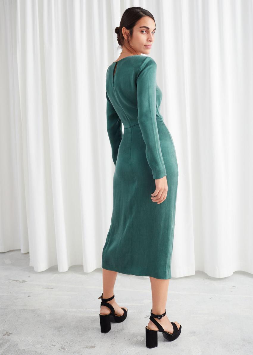 앤아더스토리즈 새틴 사이드 매듭 미디 드레스의 그린컬러 ECOMLook입니다.