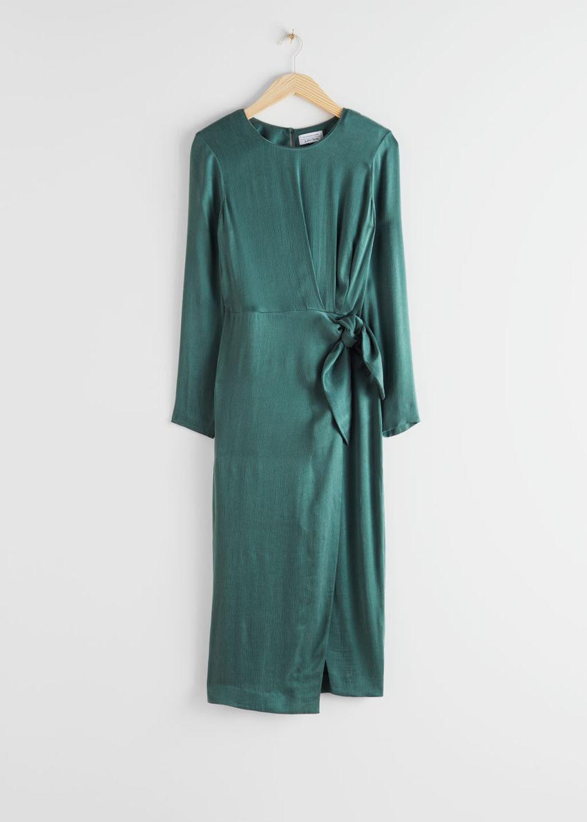 앤아더스토리즈 새틴 사이드 매듭 미디 드레스의 그린컬러 Product입니다.