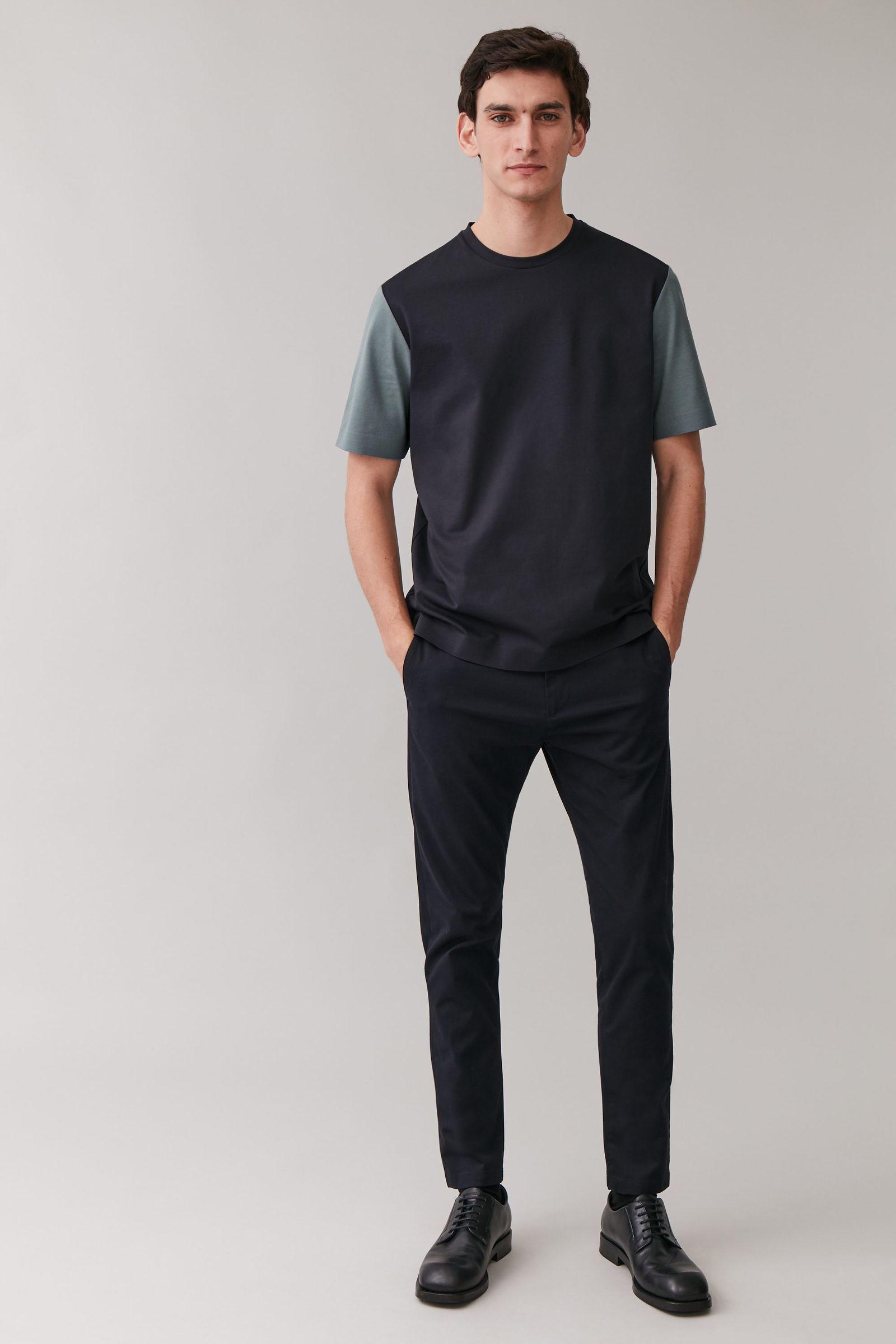 COS 본디드 코튼 티셔츠의 네이비 / 그레이컬러 ECOMLook입니다.
