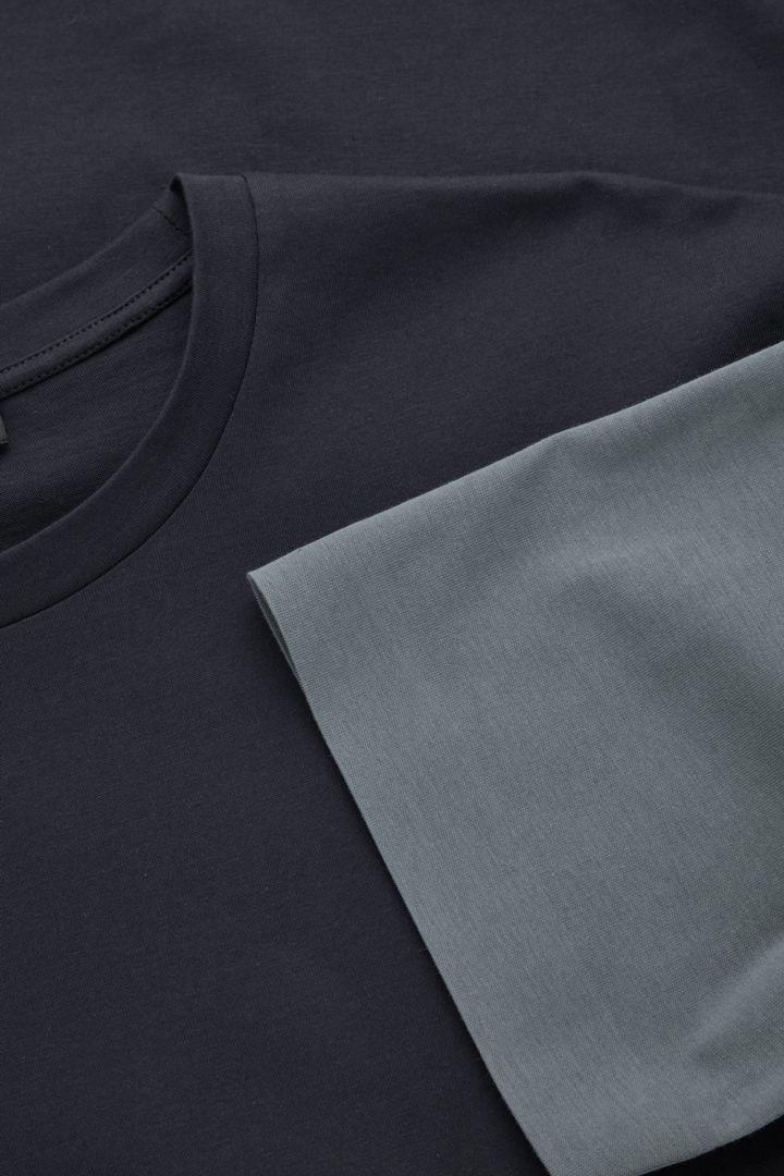 COS 본디드 코튼 티셔츠의 네이비 / 그레이컬러 Detail입니다.