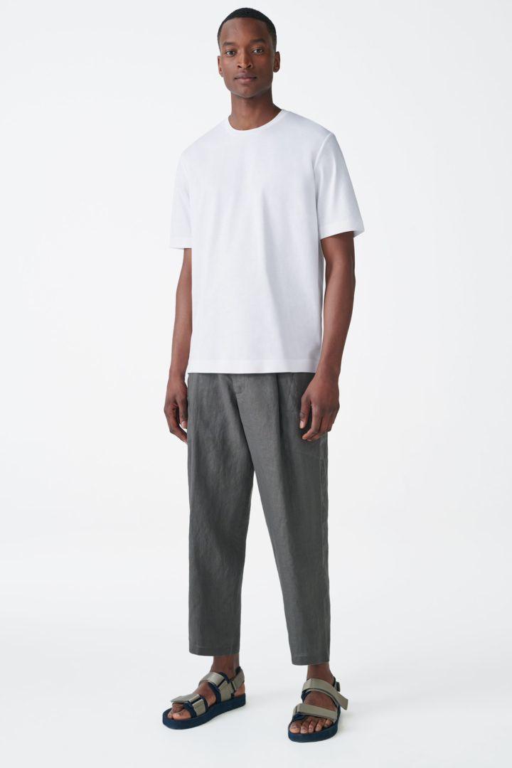 COS 본디드 코튼 티셔츠의 화이트컬러 ECOMLook입니다.